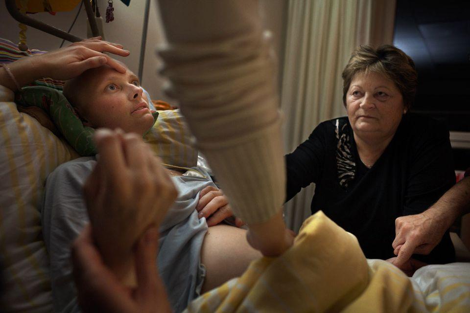 Dana mit ihrer Mutter Brigitte: Bestimmte Rituale sollen der Kranken die Phase des Sterbens erleichtern.