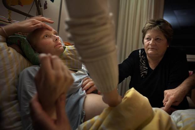 """""""Geh, meine Schöne"""": Dana mit ihrer Mutter Brigitte: Bestimmte Rituale sollen der Kranken die Phase des Sterbens erleichtern."""