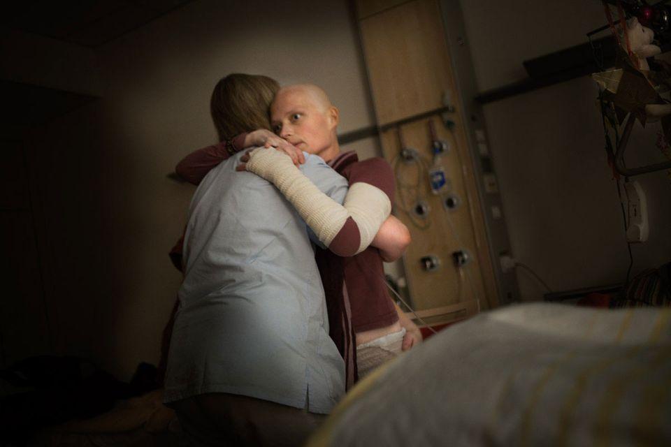 In liebevollen Händen: Auch die Ärzte, Schwestern und Pfleger der Palliativstation kümmern sich rührend um die todkranke Dana.