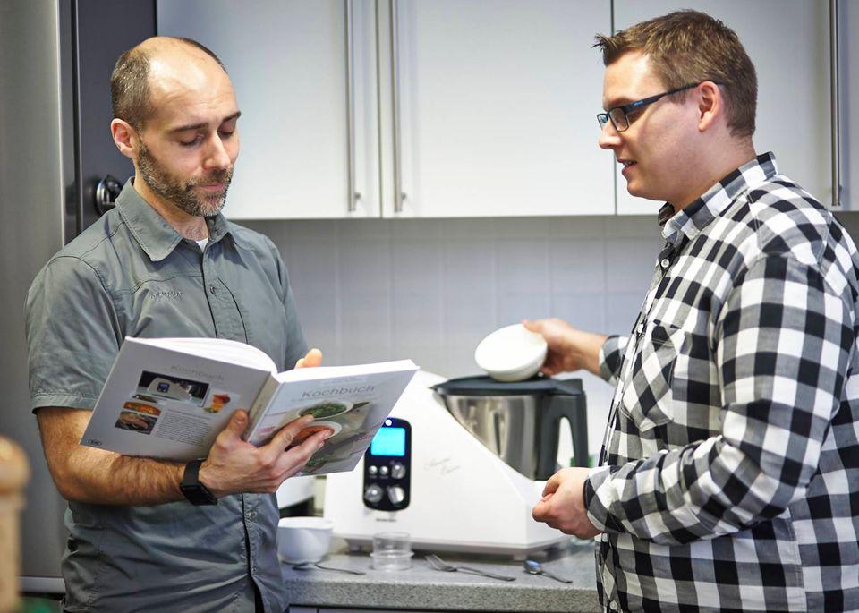 Männer in der Küche: Die Brigitte.de-Redakteure Henning Hönicke und Florian Meyer haben den Lidl-Thermomix getestet.