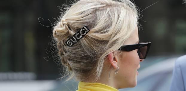 Festfrisuren: Frau mit Hochsteckfrisur und Haarspange