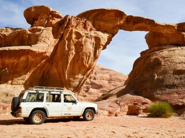 Pause an einer natürlichen Felsbrücke mit unserem Jeep.