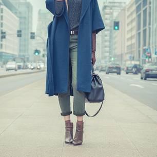 Große Frau im Mantel auf der Straße