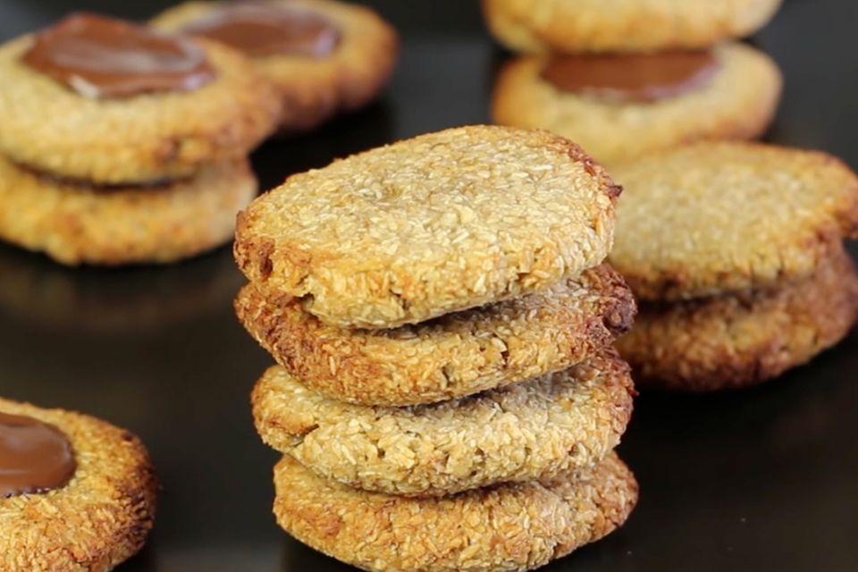 """Der YouTuber """"Esslust"""" steht für """"schnelle, originelle, süße und herzhafte, hin und wieder auch vegetarische oder schlank machende"""" Rezepte. Seine glutenfreien Cookies mit nur zwei Zutaten gehören zu seinen besten Kreationen. Zum Rezept: Glutenfreie Cookies mit nur zwei Zutaten"""