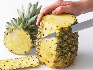Ananas schneiden auf die dekorative Art