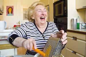 Eine Hommage an jüdische Großmütter: Regina Karolinski(*1927) Kochen bedeutet für sie: Erinnern, Gegenwart und Hoffnung