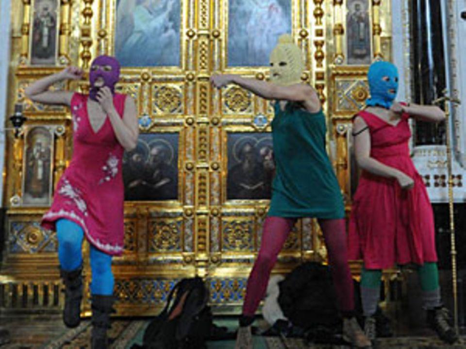 """Die Musikerinnen beim """"Punk-Gebet"""" in der Moskauer Christ-Erlöser-Kathedrale"""