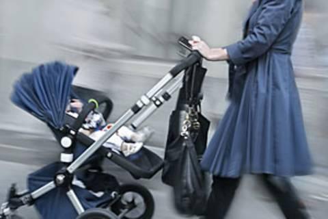 Jetzt ist es offiziell: Vom 1. Januar 2013 an können Eltern, die ihre zweijährigen Kinder privat betreuen, 100 Euro Betreuungsgeld beantragen. Von 2014 erhöht es sich auf 150 Euro und gilt auch für dreijährige Kinder.