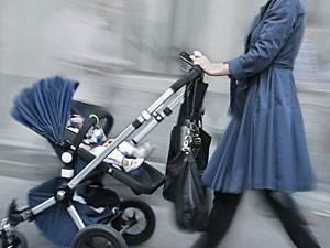 Kabinett beschließt Betreuungsgeld: Jetzt ist es offiziell: Vom 1. Januar 2013 an können Eltern, die ihre zweijährigen Kinder privat betreuen, 100 Euro Betreuungsgeld beantragen. Von 2014 erhöht es sich auf 150 Euro und gilt auch für dreijährige Kinder.