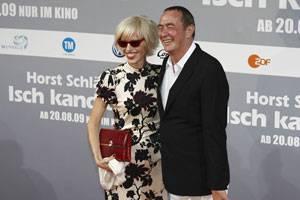 Frei, aber fast immer zusammen: Geliebt hat Eichinger viele Frauen, geheiratet nur eine (siehe Ehering), keine Schauspielerin, sondern eine Journalistin