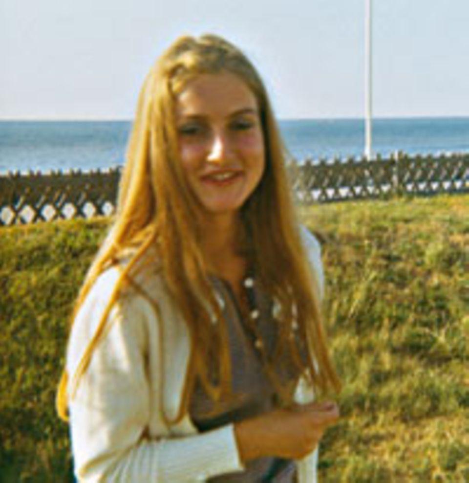 Die Autorin und ihre Haare im Wandel der Zeiten: 1970 durfte es noch natur sein.