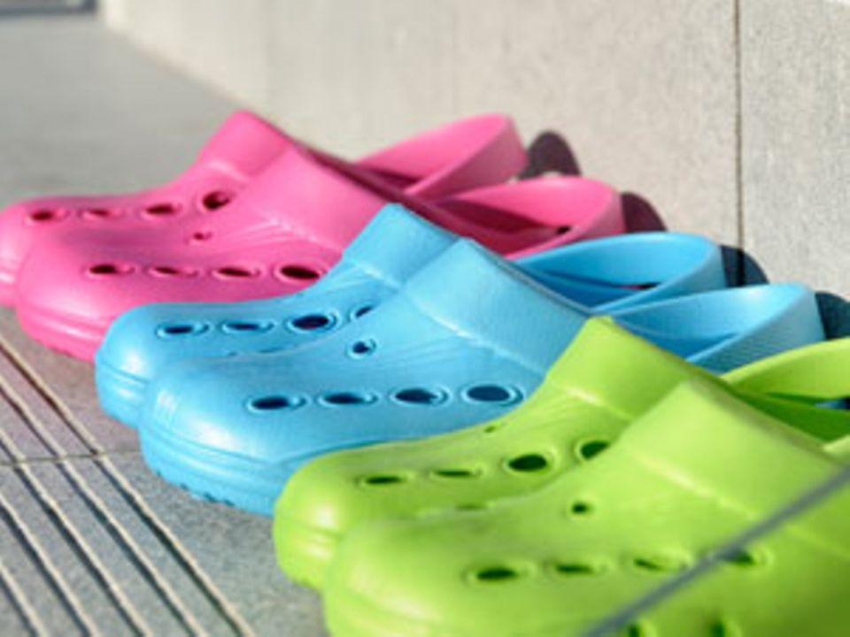 In vielen Plastik-Clogs stecken krebserregende Stoffe