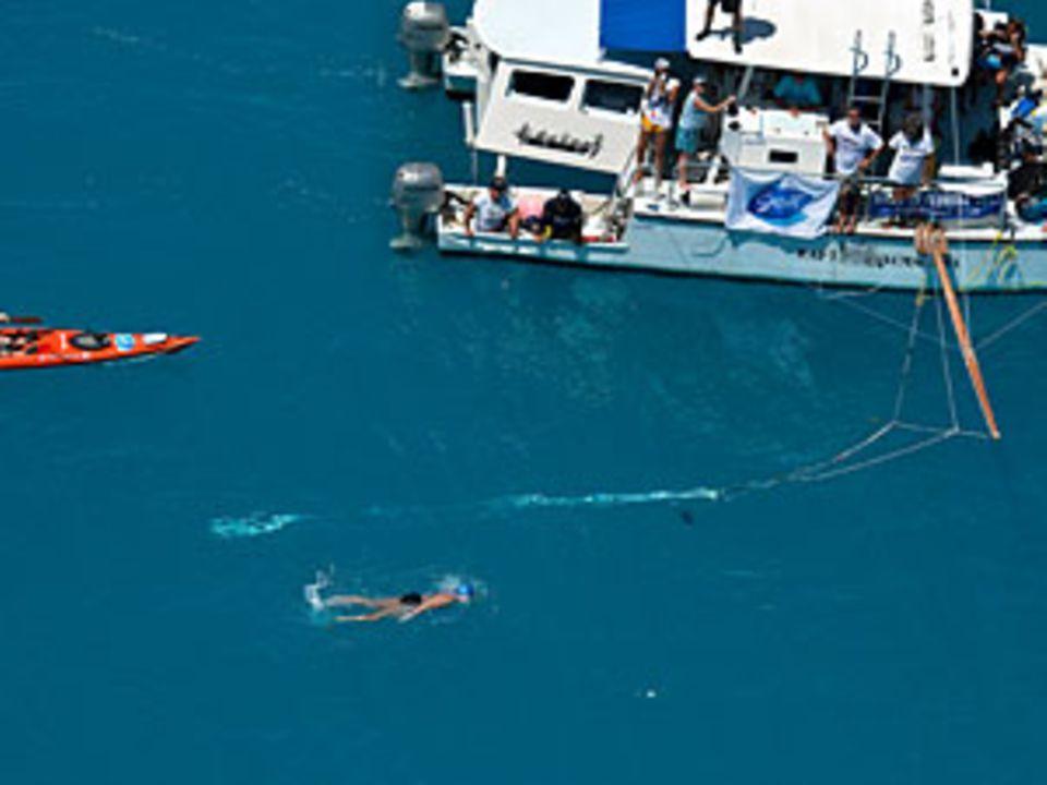 Immer dabei: Das Begleitboot mit Ärzten und Tauchern, die Diana Nyad mit Nahrungsmitteln versorgten und das Wasser nach Haien absuchten.