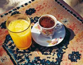 Rast: Frischen Orangensaft und Mokka gibt es in den bizarrsten Schluchten