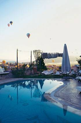 Ein Bad in Pastell: Wer vorm Frühstück im Hotelpool in Göreme schwimmt, wandert gleich doppelt fröhlich los