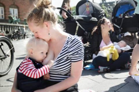 Stillender Protest: Hunderte Frauen kamen letzte Woche in Kopenhagen zusammen, um für mehr Toleranz für stillende Mütter zu demonstrieren