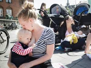 Flashmob: Stillender Protest: Hunderte Frauen kamen letzte Woche in Kopenhagen zusammen, um für mehr Toleranz für stillende Mütter zu demonstrieren