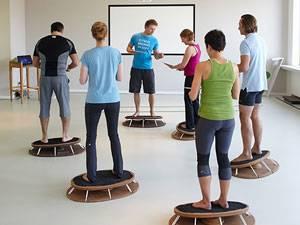 Fitness-Trends: Konzentration mit iPad auf dem Balance Board