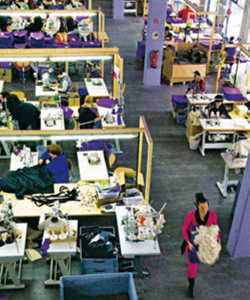 Die Firma Manomama, gegründet im April 2010, ist das einzige Social Business der Textilbranche in Deutschland. Die Arbeiterinnen werden über Tarif bezahlt, wer viel schafft, bekommt einen Bonus.