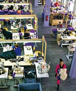 Sina Trinkwalder: Die Firma Manomama, gegründet im April 2010, ist das einzige Social Business der Textilbranche in Deutschland. Die Arbeiterinnen werden über Tarif bezahlt, wer viel schafft, bekommt einen Bonus.