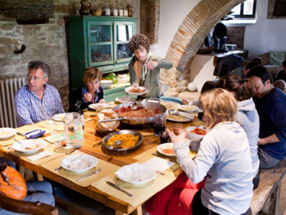 Auf Monestevole essen alle zusammen - Bewohner und Gäste