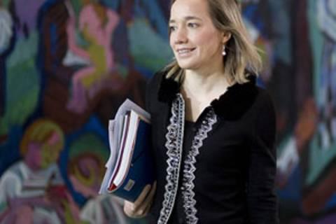 Laut Medienberichten steht Kristina Schröder nach der Bundestagswahl 2013 nicht mehr für das Amt der Familienministerin zur Verfügung. Sie wolle sich mehr um ihre eigene Familie kümmern.
