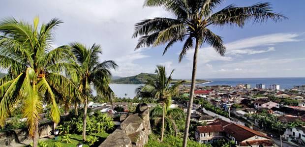 """Karibik: Schöne Aussichten vom Hotel """"Castillo"""" in Baracoa über die alte Seefahrerstadt im Osten von Kuba"""