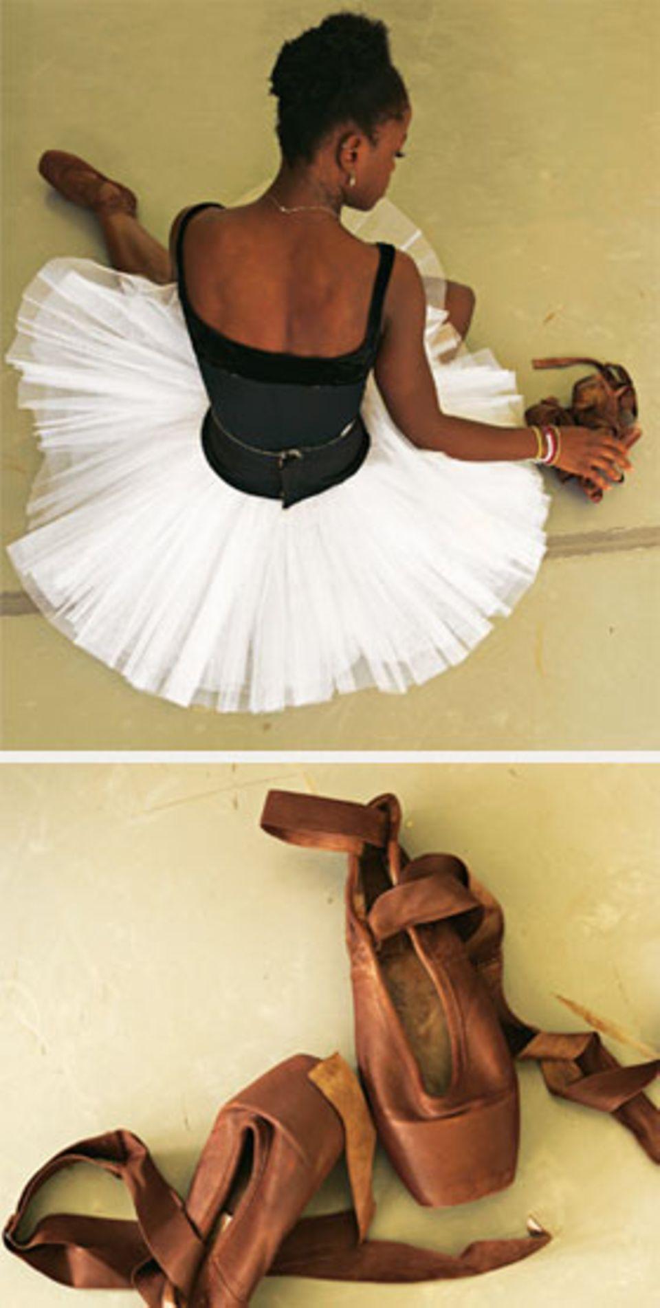 Die Schuhe gibt es nur in Weiß, das passt nicht zu Michaelas Haut, also färbt sie sie selbst.