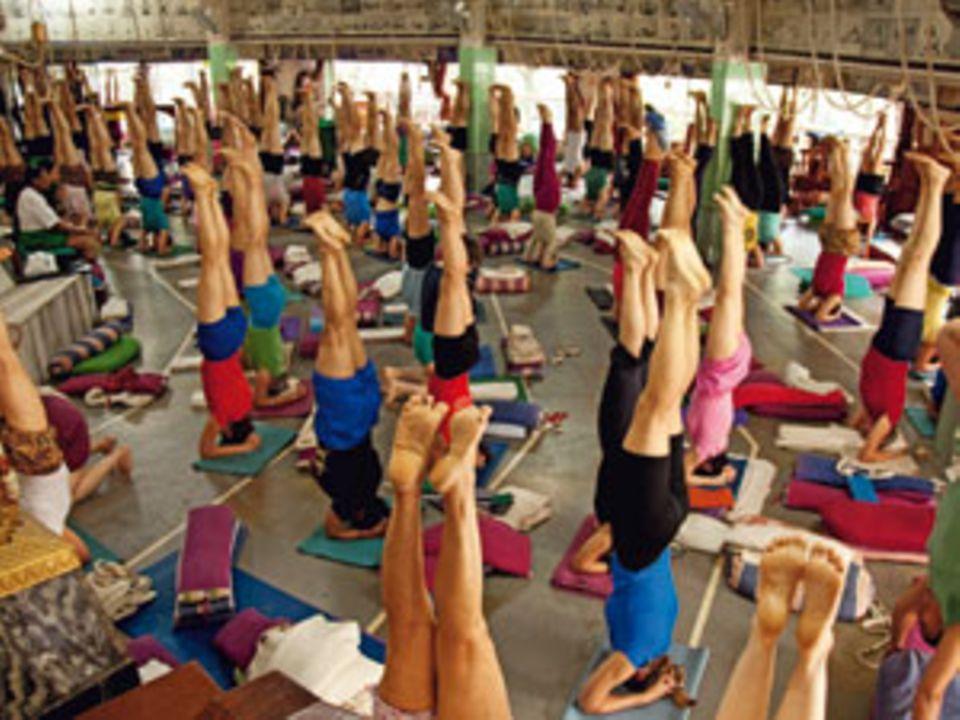 Die Frauenklasse wird im großen Saal des Yoga-Instituts von Iyengars ältester Tochter Geeta unterrichtet. Ihr Credo: loslassen.