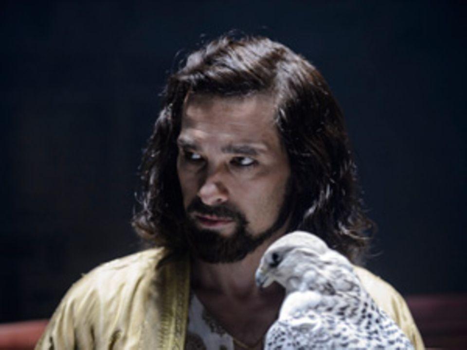"""Olivier Martinez spielt in der Verfilmung von """"Der Medicus"""" den Schaar. Seine AbenteurerMähne bändigte die Maskenbildnerin mit duftendem Honighaarwachs."""