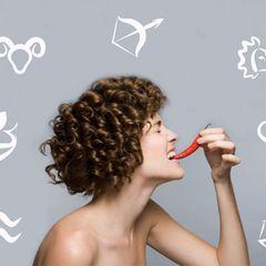 Sternzeichen-Diät: Frau vor Sternzeichenillustration beißt in Chilibohne