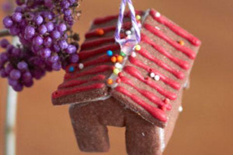 Ein Pfefferkuchenhaus als Weihnachtsdeko