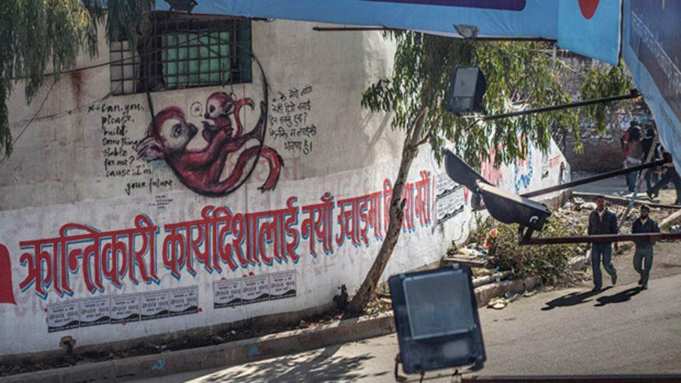"""Über den Slogan der kommunistischen Partei in Nepal legten Herakut einem kleinen Äffchen die Botschaft in den Mund: """"Bitte errichte etwas Sicheres für mich. Denn ich bin deine Zukunft."""""""