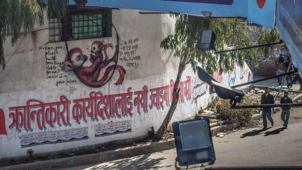 """Deutsches Künstlerduo Herakut: Über den Slogan der kommunistischen Partei in Nepal legten Herakut einem kleinen Äffchen die Botschaft in den Mund: """"Bitte errichte etwas Sicheres für mich. Denn ich bin deine Zukunft."""""""