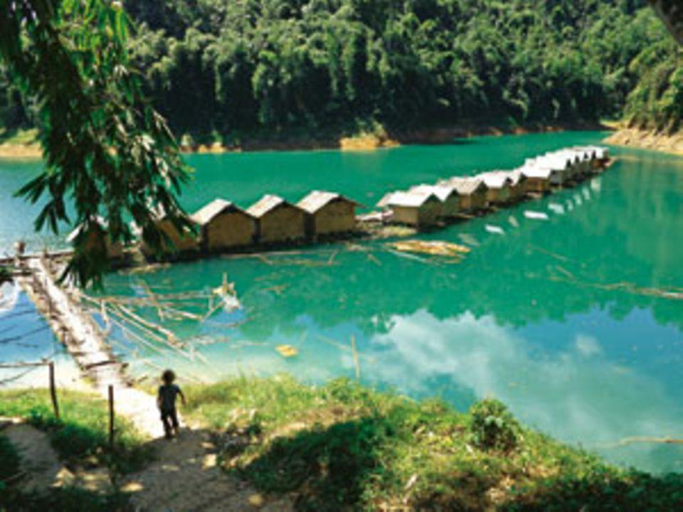 Wasserbetten: Der Chiew-Lan-See im Khao-Sok-Nationalpark schaukelt die Bungalowgäste nachts in den Schlaf
