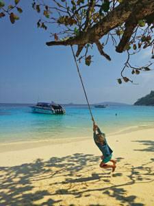 Abhängen: Fred vertreibt sich zwischen zwei Schorchelgängen auf den Similan Islands die Zeit