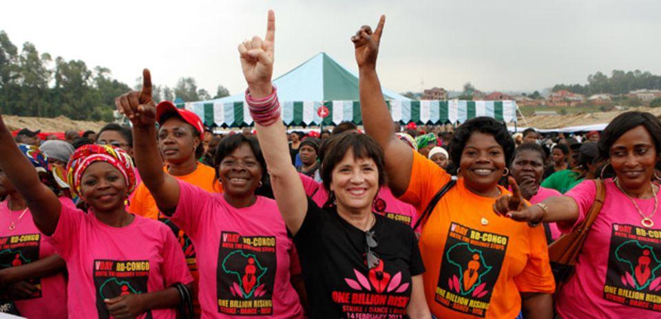 """Am Tag von """"One Billion Rising"""" war Eve Ensler (im schwarzen T-Shirt) im Kongo, wo sie mit der """"City of Joy"""" ein Hilfs- und Therapieprojekt für vergewaltigte Frauen aufgebaut hat."""