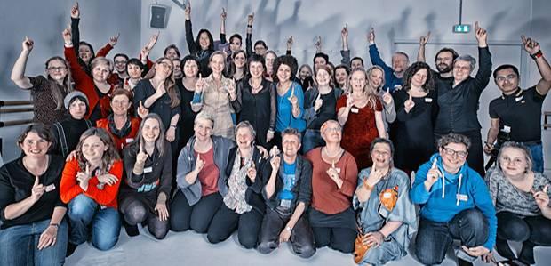 Internationaler Tag gegen Gewalt an Frauen: Eve Ensler mit deutschen One Billion Rising-Aktivisten und Aktivistinnen Mitte November in Berlin.