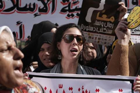 Als die Diktatoren in Tunesien, Ägypten und Libyen gestürzt wurden, kämpften auch viele Frauen für Demokratie - und Frauenrechte