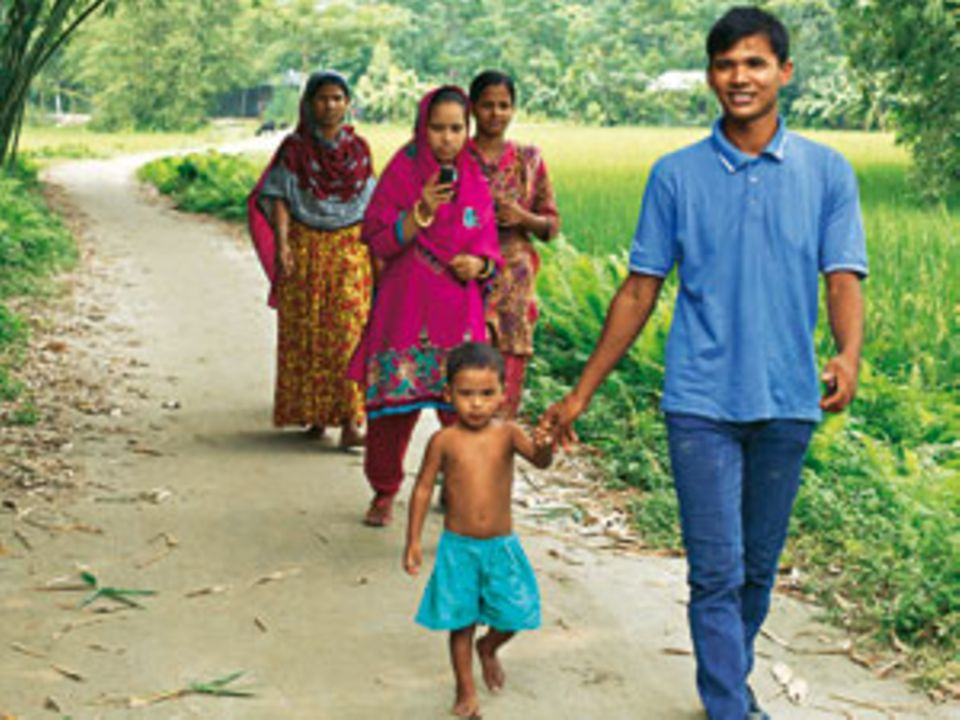 Keshob Roy (rechts) hat die erste Kindergruppe gegen Frühverheiratung gegründet. Keine hat so viele Ehen verhindert wie er.
