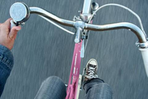 Frauen, die beim Radfahren Männer überholen