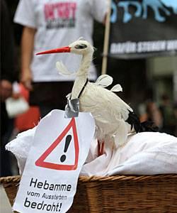 Bedrohte Geburtshilfe: Eine bedrohte Art: Hebammen in Erfurt protestierten auf der Straße für bessere Bezahlung