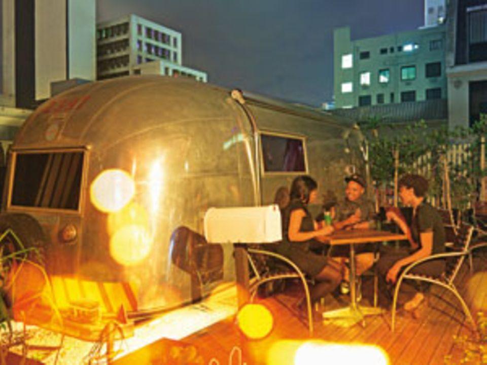 """Party-Camping: Feiern und dann im Wohnwagen übernachten - auf der Dachterrasse des """"Grand Daddy"""""""