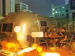 """Südafrika: Party-Camping: Feiern und dann im Wohnwagen übernachten - auf der Dachterrasse des """"Grand Daddy"""""""