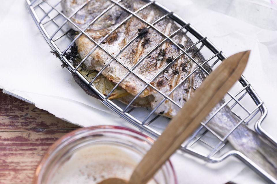 Fisch grillen: Dorade in der Grillzange