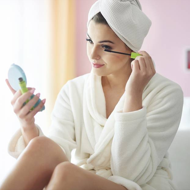 Frau schminkt sich