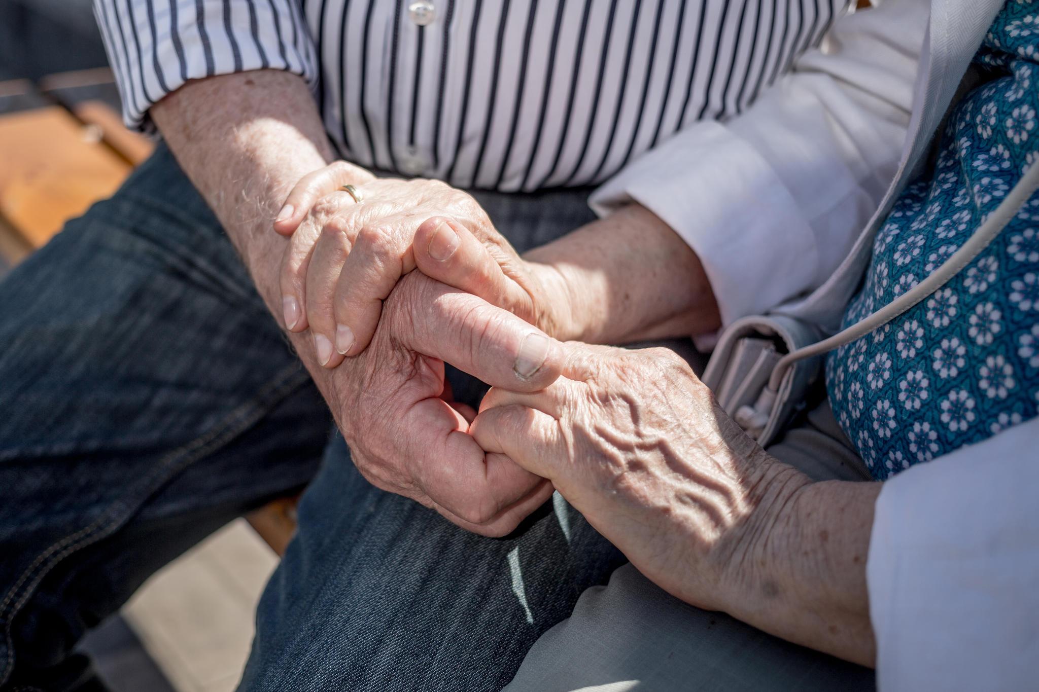 Die Schweizerin Sonja Grob, 58, begleitete vor 15 Jahren ihre Eltern in den freiwilligen Tod. Anders als in Deutschland ist Sterbehilfe in der Schweiz legal.