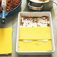 Bechamelsoße für Lasagne einschichten