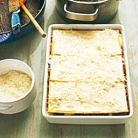 Lasagne mit Käse bestreuen