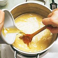 Bechamelsoße für Lasagne kochen